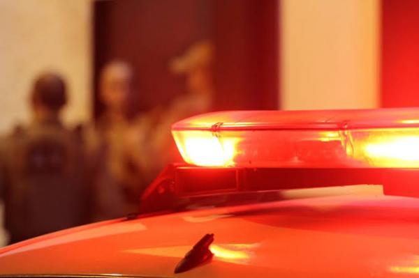 Carro desgovernado atinge veículo estacionado no Polvilho