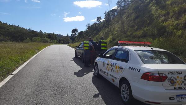 Motorista sem CNH e passageiro são detidos após perseguição policial Rodovia Tancredo Neves