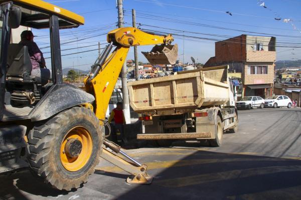 Prefeitura executa obras de drenagem na Rua Ourinhos no Parque São Roberto II