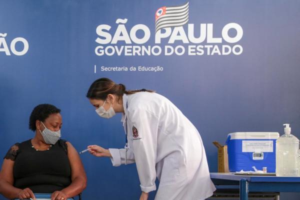 SP tem 96% dos profissionais da rede estadual vacinados e 60% de adesão dos alunos