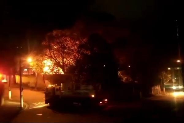 Incêndio destrói área externa de empresa de isopor em Cajamar