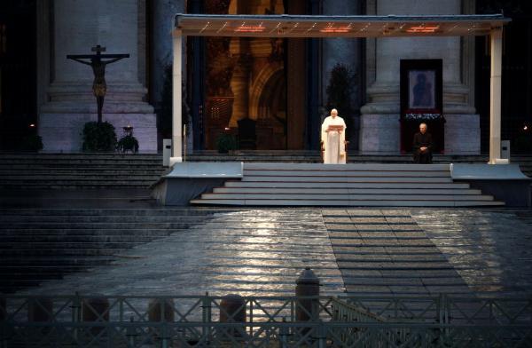 """Papa reza sozinho em praça do Vaticano em meio à pandemia do coronavírus: """"Só podemos avançar juntos"""""""